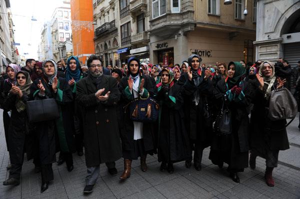Avukatlardan Ýstanbul Barosu'na 'baþörtüsü' protestosu